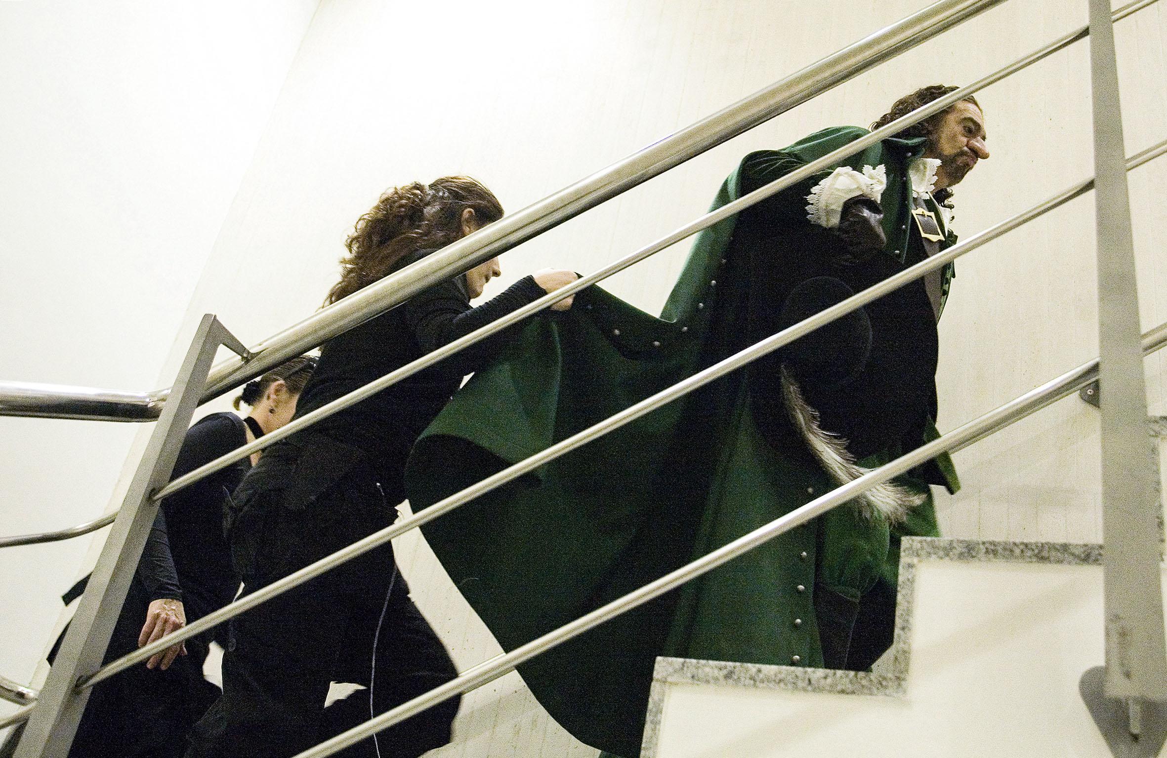 """Plácido Domingo """"El Tenor en València""""El Palau de les Arts Reina Sofía arropa el estreno de la ópera Cyrano de Bergerac , con diversas actividades paralelas entre las que destacan una exposición fotográfica de Plácido Domingo retratado por  Eva Ripoll.Se quiere así, desde el nuevo coliseo operístico valenciano, rendir un homenaje a la figura de Plácido Domingo-que desde el inicio del proyecto lo ha apoyado- y al mismo tiempo se pretende analizar la significación histórica y cultural de la ópera Cyrano de Bergerac .La exposición Vida de artista invita a hacer un recorrido fotográfico con el tenor Plácido Domingo en sus días en Valencia. Se exhiben ochenta imágenes de la trayectoria del principal protagonista de Cyrano de Bergerac durante varios días en el Palau de les Arts y en Valencia, recogiendo diversos momentos de trabajo y ocio de esta gran figura de la lírica. Vida de artista se podrá contemplar en el vestíbulo del coliseo."""